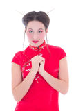 Stående av den nätta flickan i den röda japanska klänningen som isoleras på vit Arkivbilder