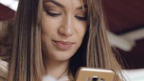 Stående av den nätta flickan som använder smartphonen stock video