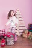 Stående av den nätta härliga söta lilla flickan i inre jul Royaltyfri Bild