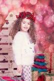 Stående av den nätta härliga söta lilla flickan i inre jul Arkivbilder