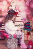Stående av den nätta härliga söta lilla flickan i inre jul Arkivfoto
