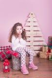 Stående av den nätta härliga söta lilla flickan i inre jul Royaltyfria Bilder