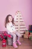 Stående av den nätta härliga söta lilla flickan i inre jul Arkivfoton