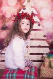 Stående av den nätta härliga söta lilla flickan i inre jul Royaltyfri Foto
