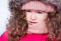 Stående av den nätta härliga söta lilla flickan i snövinter Fotografering för Bildbyråer