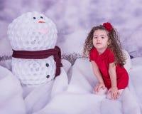 Stående av den nätta härliga söta lilla flickan i vinterinre Royaltyfri Bild