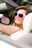 Stående av den nätta kvinnan i den vita bilen Royaltyfri Foto