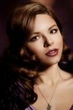 Stående av den nätta kvinnan med en bedöva makeup härlig flicka Arkivbild