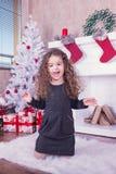 Stående av den nätta söta lilla flickan nära en spis i jul Royaltyfria Bilder