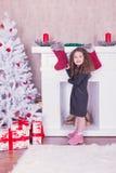 Stående av den nätta söta lilla flickan nära en spis i jul Royaltyfri Foto