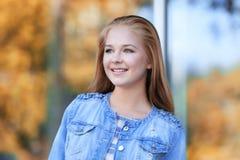 Stående av den nätta tonåringflickan på suddig bakgrund Fotografering för Bildbyråer
