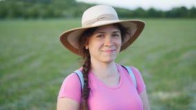 Stående av den nätta unga damen i hatt i en parkera stock video