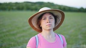 Stående av den nätta unga damen i hatt i en parkera arkivfilmer