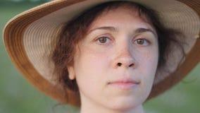 Stående av den nätta unga damen i hatt i en parkera lager videofilmer