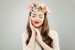 Stående av den nätta unga kvinnan med sund hud, hår och röd kantmakeup fotografering för bildbyråer