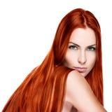 Stående av den nätta unga le kvinnan med rakt långt hår royaltyfri bild