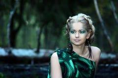 Stående av den naturliga unga nymfkvinnan nära vattenfallet i skogen Royaltyfria Bilder