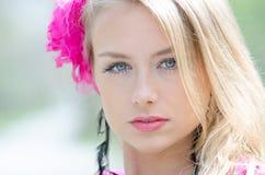 Stående av den naturligt härliga blonda kvinnan royaltyfri fotografi