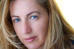 Stående av den naturligt härliga kvinnan i hennes tjugotal med blont hår och blåa ögon, skott utanför i naturligt solljus royaltyfri fotografi