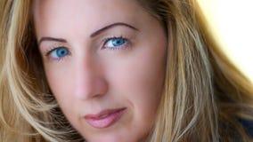 Stående av den naturligt härliga kvinnan i hennes tjugotal med blont hår och blåa ögon, skott utanför i naturligt solljus royaltyfri foto