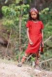 Stående av den nepalesiska flickan i röd klänning Royaltyfri Foto