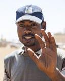 Stående av den oidentifierade mannen på bussstation Bussar i Etiopien l Royaltyfri Bild