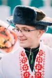 Stående av den okända lyckliga unga mannen i rolig nationell ryss fo Arkivbilder