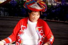 Stående av den peruanska indiska kvinnan Arkivfoto