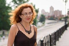 Stående av den röda hårkvinnan Arkivfoton