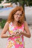 Stående av den röda hårkvinnan med sniglar Arkivfoton