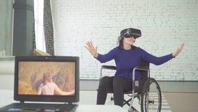 Stående av den rörelsehindrade kvinnan i en rullstolatechnology, vrhjälm, faktiskt lopp arkivbild