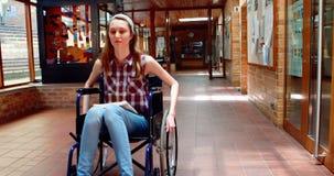 Stående av den rörelsehindrade skolflickan i korridor