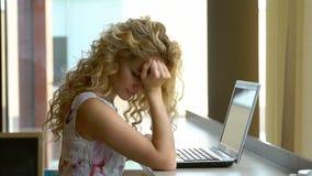 Stående av den rasande unga kvinnan i kafé lager videofilmer