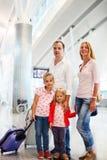 Stående av den resande familjen i flygplats Arkivfoton
