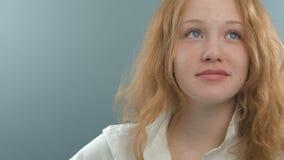 Stående av den roliga attraktiva flickakvinnan med stock video