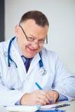 Stående av den roliga doktorn som ordinerar droger Royaltyfri Fotografi
