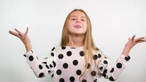 Stående av den roliga flickan som gör gesten av airkiss, godkännande, nöje stock video