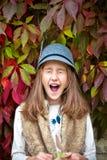 Stående av den roliga gäspa flickan Dekorativ druvabackgrou för höst Arkivfoton