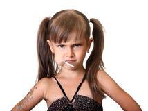 Stående av den roliga ilskna barnflickan royaltyfria bilder