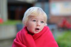 Stående av den roliga litet barnflickan utomhus Arkivbilder