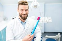 Stående av den roliga tandläkaren Royaltyfri Bild