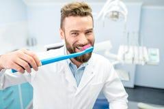 Stående av den roliga tandläkaren Arkivfoton