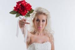 Stående av den roliga unga bruden som poserar i studio Arkivfoton
