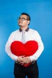 Stående av den romantiska lyckliga mannen för valentin som visar hans förälskelseställe Arkivfoton
