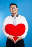 Stående av den romantiska lyckliga mannen för valentin som visar hans förälskelseställe Royaltyfri Bild