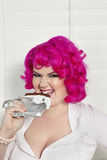 Stående av den rosa haired kvinnan för kvinna som äter choklad Royaltyfri Foto