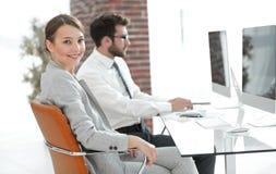 Stående av den säkra affärskvinnan i hennes kontor Arkivfoto