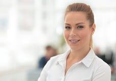 Stående av den säkra affärskvinnan på bakgrunden av kontoret Royaltyfri Bild