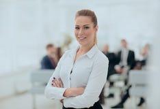 Stående av den säkra affärskvinnan på bakgrunden av kontoret royaltyfri foto