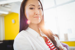 Stående av den säkra affärskvinnan på det idérika kontoret Royaltyfri Foto